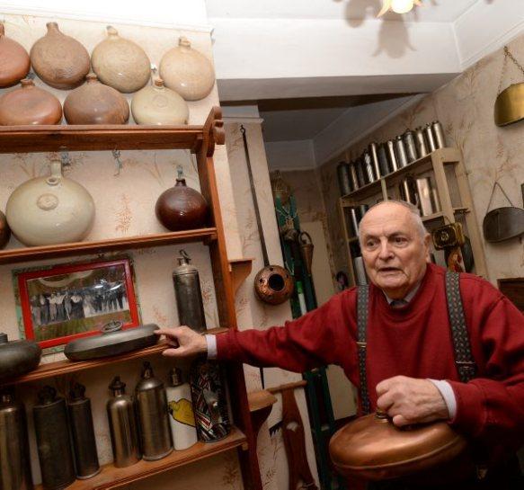 chaubard dit babar expose ses 300 bouillottesphoto chantal longo